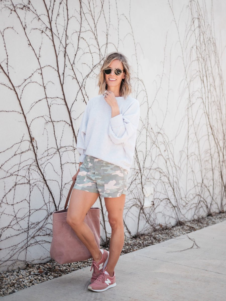 10 Easy Summer Outfit Ideas, oversized sweatshirt and camo shorts