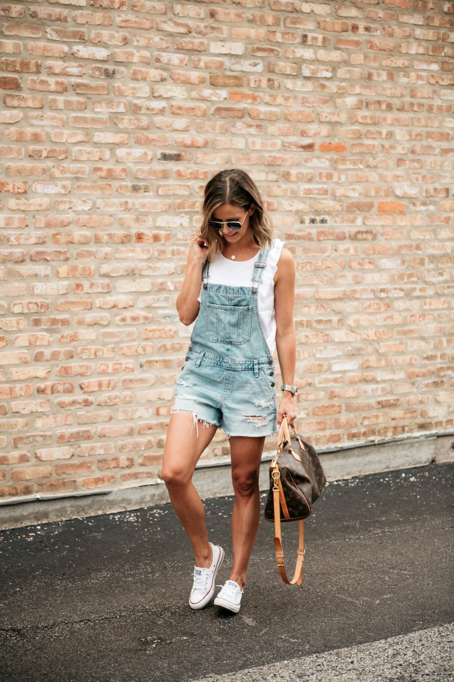 10 Easy Summer Outfit Ideas, short overalls and conerse